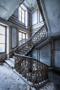 Prachtige trap in verlaten villa