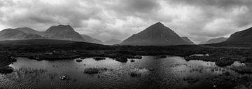 Panorama noir et blanc des Highlands écossais sur