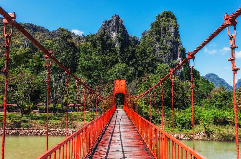 De rode brug, Vang Vieng, Laos van Jaap van Lenthe