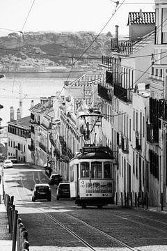 Tram in Lissabon van Monique Tekstra-van Lochem