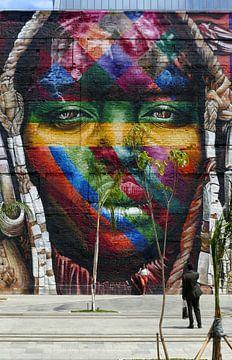 Reusachtige graffiti kop. Nietige mensen. van Ton Bijvank