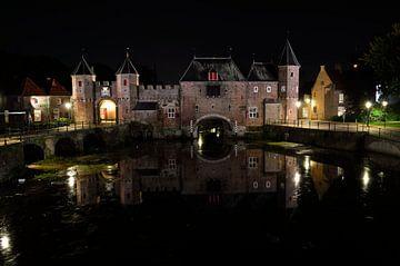 Koppelpoort in Amersfoort in de nacht van Gerard de Zwaan