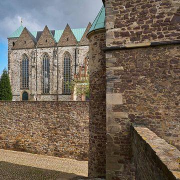 Magdalenenkapelle und im Hintergrund die Petrikirche in der Altstadt von Magdeburg von Heiko Kueverling