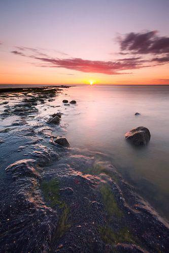 Zonsondergang boven Noordzee met strekdam