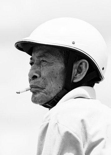 Man met sigaret zwart-wit