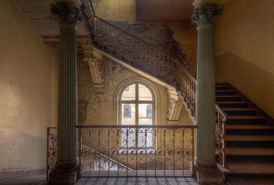 Trap in een verlaten villa van roman robroek - Trap binnen villa ...