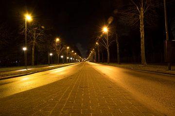 Een lege stille straat tijdens de nacht in Schiedam, Nederland. Urban landscape. van N. Rotteveel
