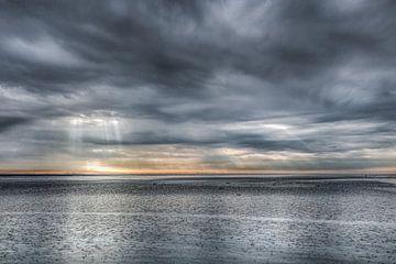 Wolkenlucht boven het Wad bij Holwerd bij eb van