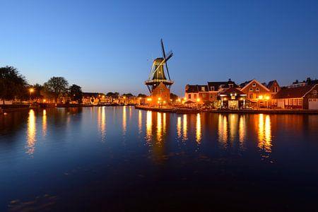 Molen De Adriaan aan het Spaarne in Haarlem in de avond