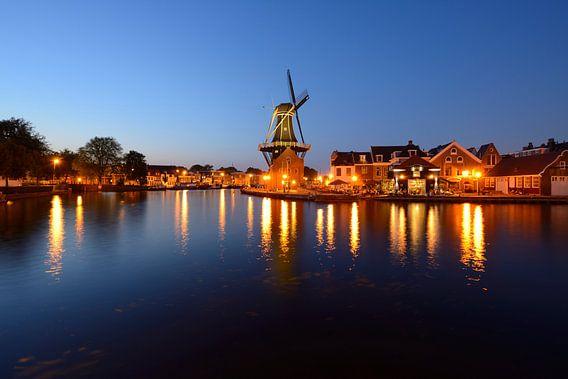 Molen De Adriaan aan het Spaarne in Haarlem in de avond van Merijn van der Vliet