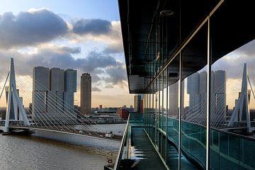 De Erasmusbrug gezien vanaf Hotel Intell Rotterdam van Klaus Lucas