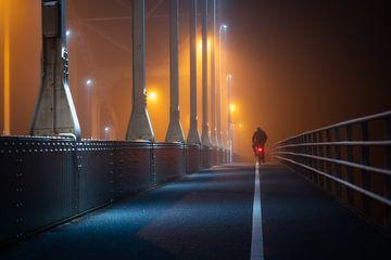 Wilhelminabrug in de mist #2 van Edwin Mooijaart
