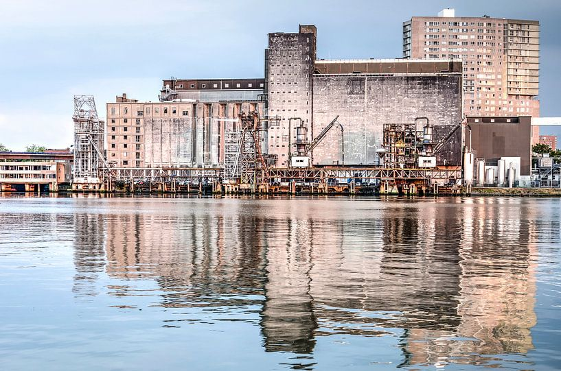 De Maassilo gespiegeld in de Maashaven van Frans Blok