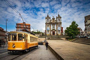 Tram rijdt door Porto van Antwan Janssen