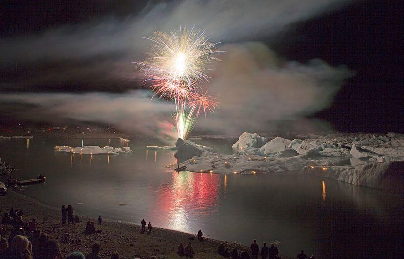 Vuurwerk boven Jokulsarlon van Menno Schaefer
