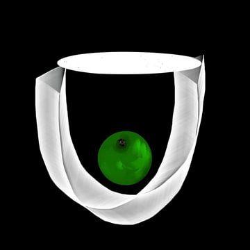 Groene appel in witte vaas van Raina Versluis