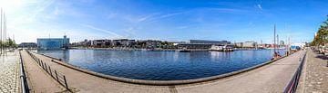 180 graden uitzicht op de haven van Kiel met uitzicht op het centrum van de stad in de zon van MPfoto71