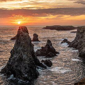 Sonnenuntergang hinter den Aiguilles de Port Coton in der Bretagne von Arthur Puls Photography