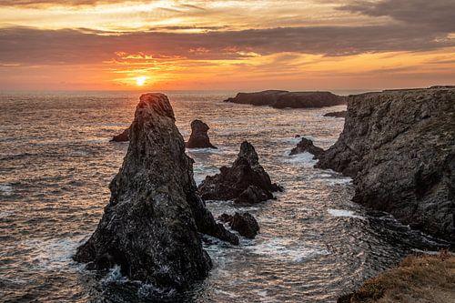 Coucher de soleil derrière les Aiguilles de Port Coton en Bretagne