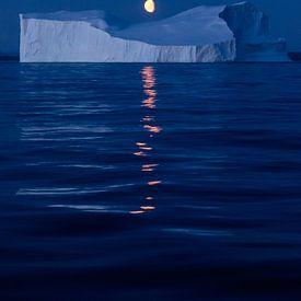Moon over Greenland van Rudy De Maeyer