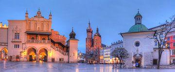 Marienkirche und Krakauer Tuchhallen bei Abenddämmerung , Krakau, Polen, Europa