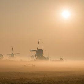 Lever de soleil brumeux sur Kinderdijk sur Raoul Baart