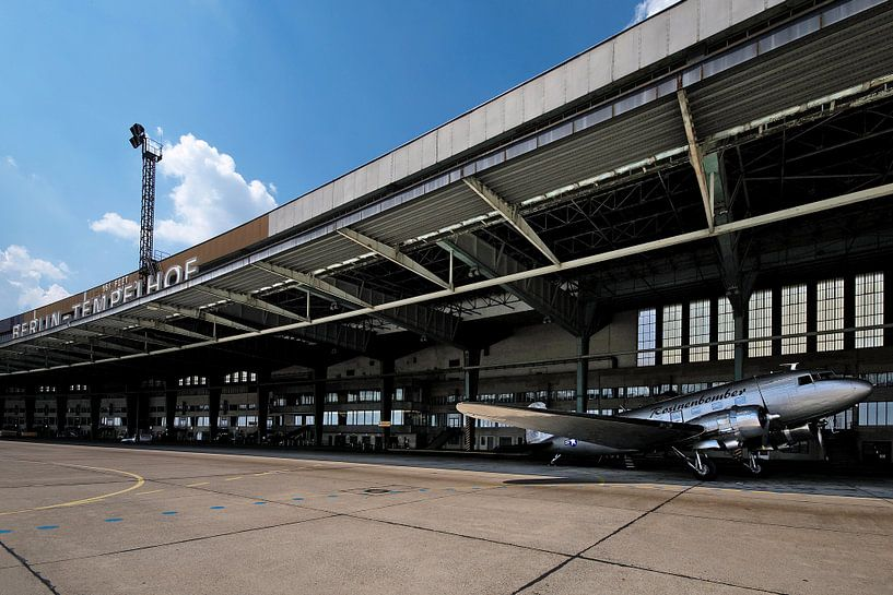 Raisin bommenwerper in de oude hangaar op de nu gesloten luchthaven Tempelhof in Berlijn van Frank Herrmann