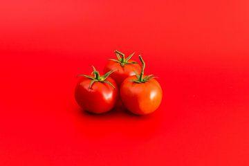 Tomaten op rode achtergrond von Wim Stolwerk