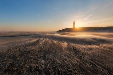 Der Texeler Leuchtturm an einem kalten Wintermorgen von Alex Riemslag