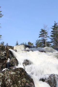 Wasserfall mit einem strahlend blauen Himmel von Kim van der Lee