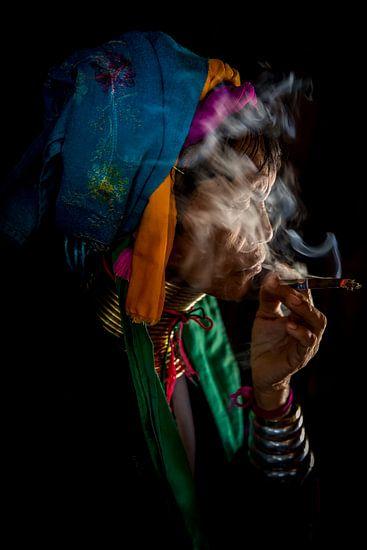 BAGHAN,MYANMAR, DECEMBER 12 2015 - Cheroot rokende oude vrouw in  Baghan. Wout Kok One2expose van Wout Kok
