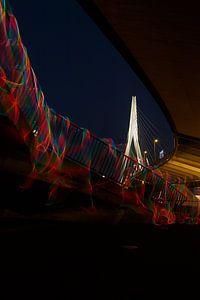 Vloeiend licht op de trap van de Erasmusbrug. van Licht! Fotografie
