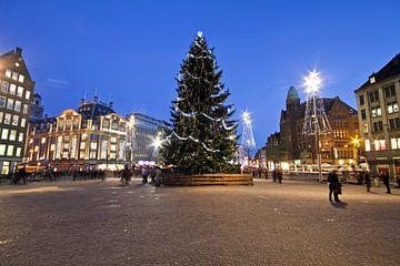 Noël sur la place du Dam à Amsterdam la nuit sur Nisangha Masselink