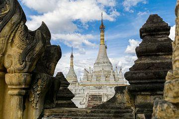Blick auf buddhistische Tempel von Koen Boelrijk Photography