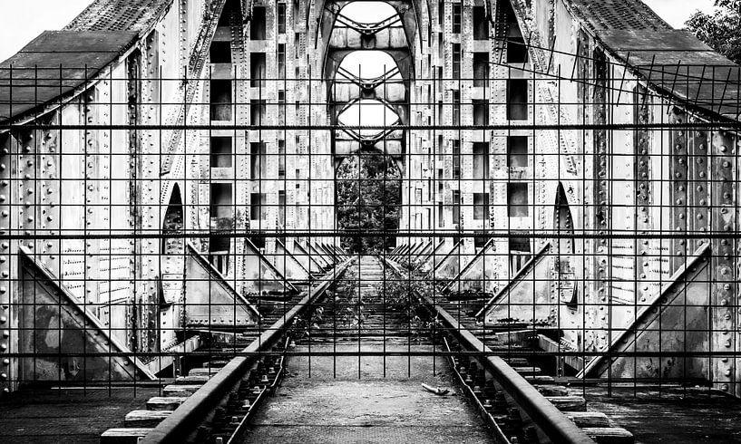 Afgesloten spoorweg in Belgie (zwart/wit) van Martijn van Dellen