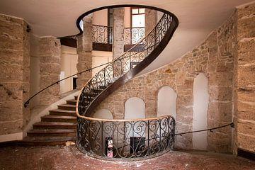 Escalier abandonné au château. sur Roman Robroek