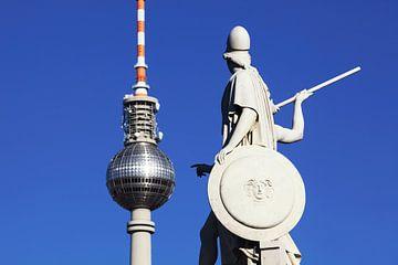 Fernsehturm Berlin mit Brückenskulptur von Frank Herrmann