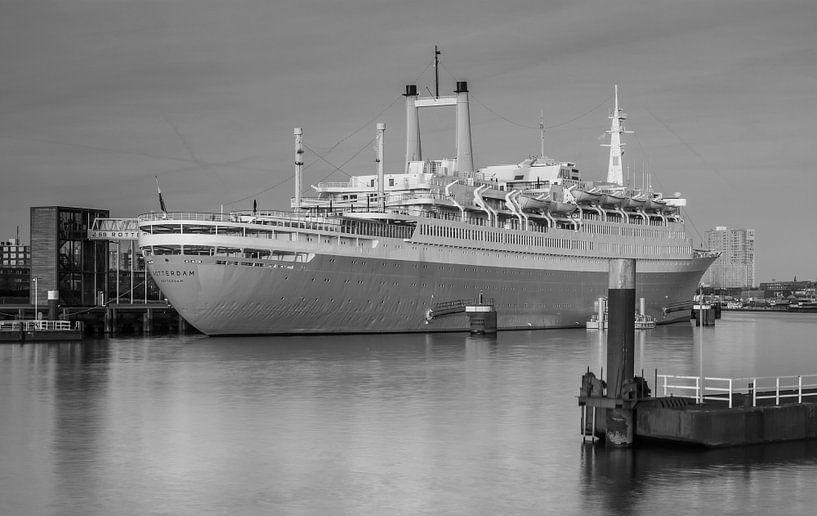 SS Rotterdam in zwartwit van Ilya Korzelius