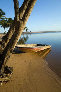 Bootje op het strand van Praia de Imbassai, Brazilië van Kees van Dun