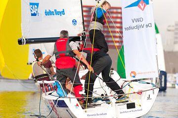 Wedstrijd zeil boot bemanning in actie