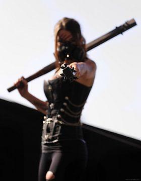 Femme en cosplay avec des clubs sur Natasja Tollenaar