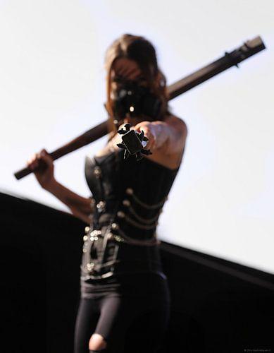 Vrouw in sexy cosplay met knotsen van Atelier Liesjes