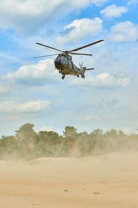 Gougar helikopter landt in zandverstuiving voor brown-out landing van Jenco van Zalk
