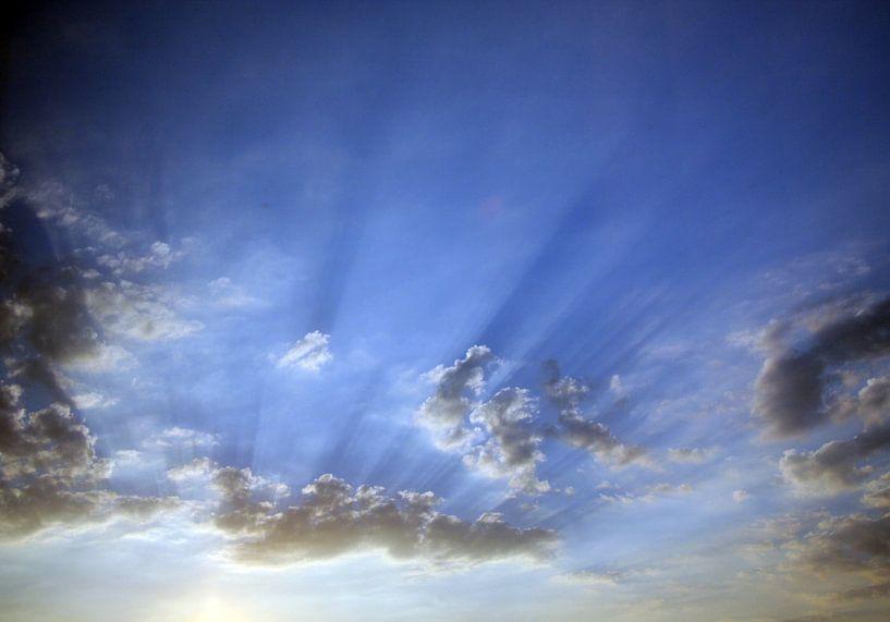 Lichtstrahlen am Himmel van Rosi Lorz