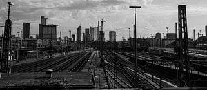 Treinspoor met wolkenkrabbers