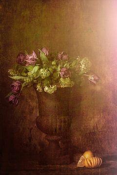 Dromerig stilleven met citroenen en paarse tulpen. van Saskia Dingemans