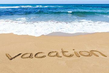 Wort Urlaub geschrieben in Sand auf sandigen Küste mit blauen Meer und Wellen von Ben Schonewille