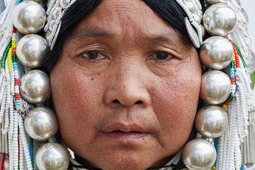 Vrouw poseert voor de foto,  Myanmar. van Jeroen Florijn