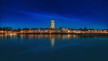 Donkere panorama van Deventer tijdens het het blauwe uur met reflectie van Bart Ros