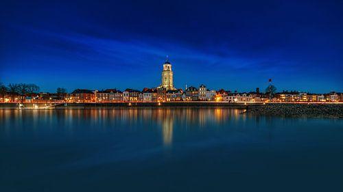 Donkere panorama van Deventer tijdens het het blauwe uur met reflectie